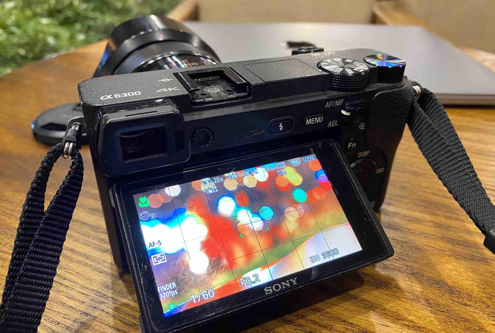 Máy ảnh A6300 + Lens 35mm mà mình đang sử dụng để làm Youtube
