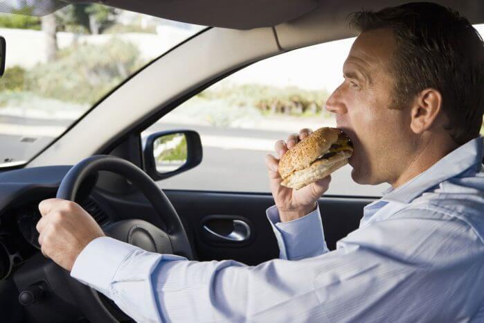 Từ bỏ thói quen ăn trong ô tô