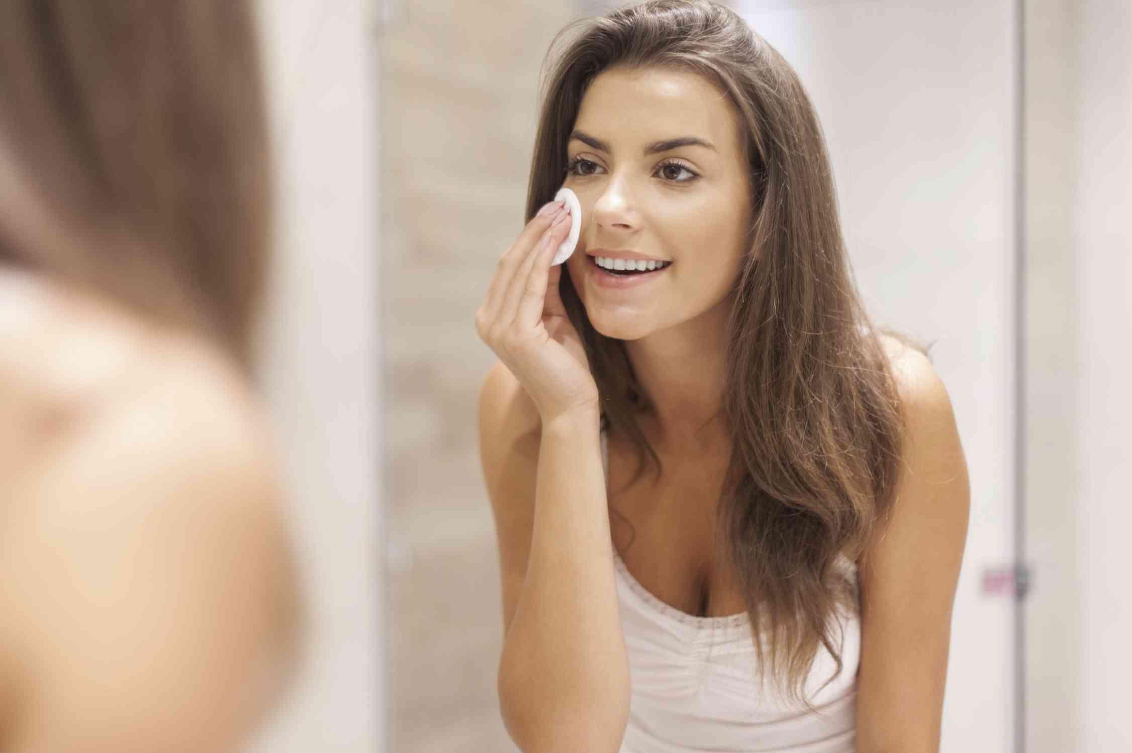 Nước tẩy trang giúp lấy sạch bụi bẩn, bã nhờn và mỹ phẩm trên da