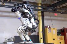 Robot Atlas của Boston Dynamics đã có thể lộn nhào, xô không té